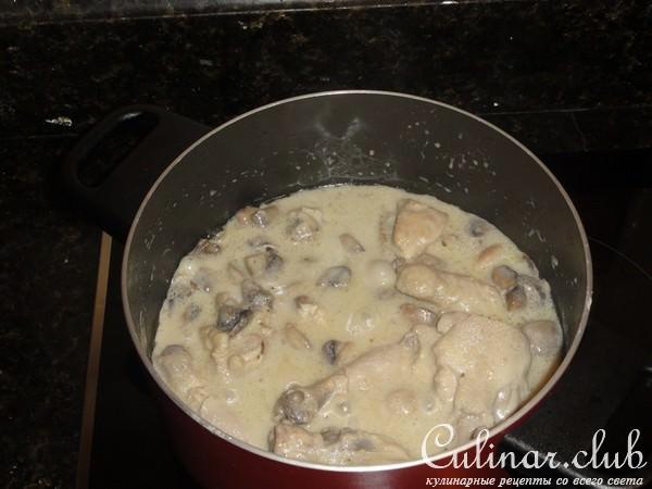 Подлива с курицей и грибами и сметаной