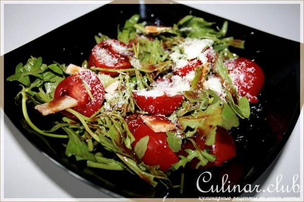 Салат с помидорами и сыром и руккола