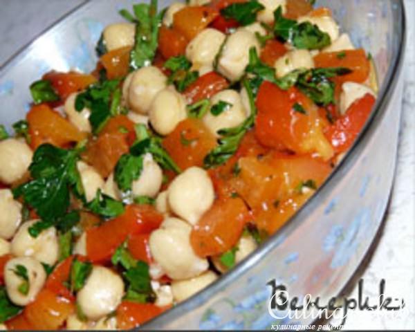 Салат с красным перцем и горошком