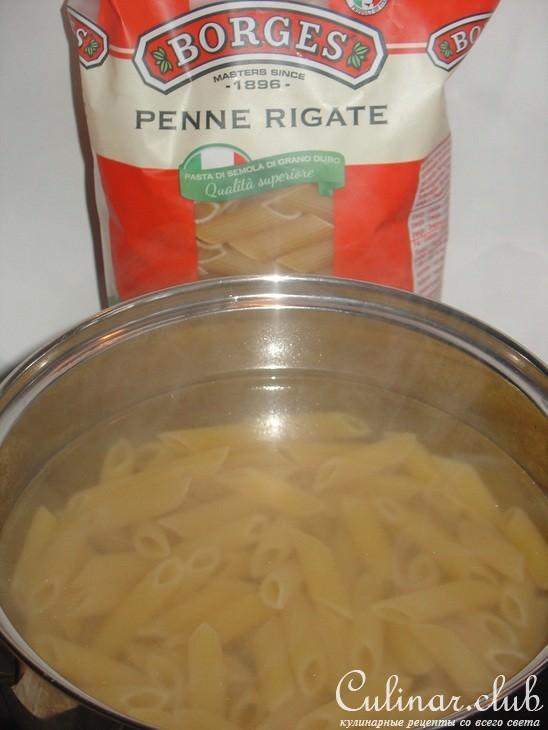 Необходимо для 4 порций: 800 г копченой грудинки, 3 ст л топленого масла, 3 луковицы, 125 мл красного вина