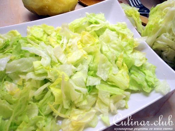 Салат из салата айсберг с печенью трески