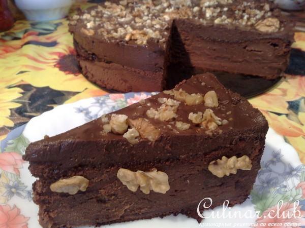 Торт шоколадный с орехами и бананами